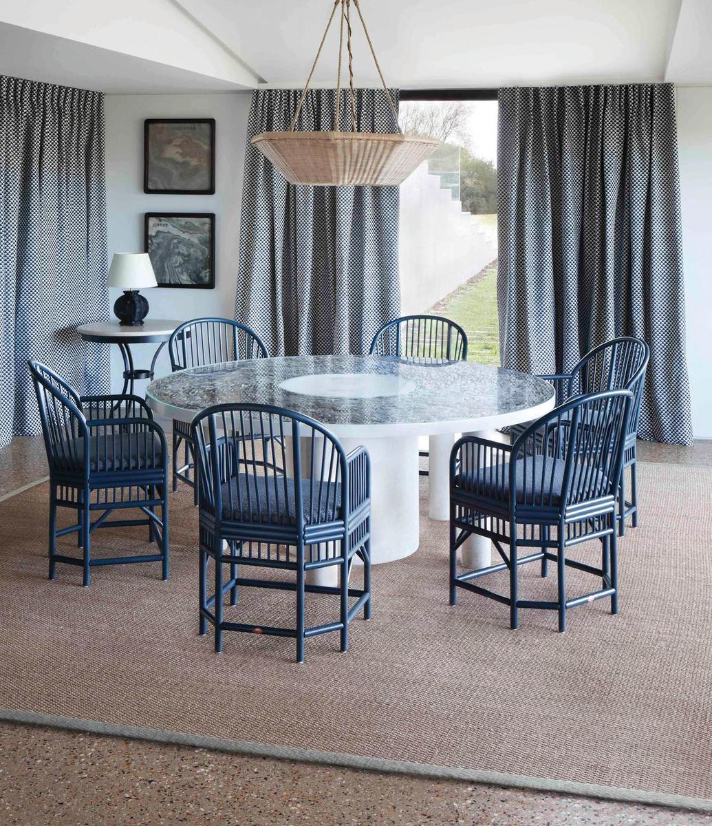 Ces chaises Pavilion bleu foncé de Soane s'inspirent des modèles que le roi George IV possédait dans sa seconde résidence à Brighton., N/A