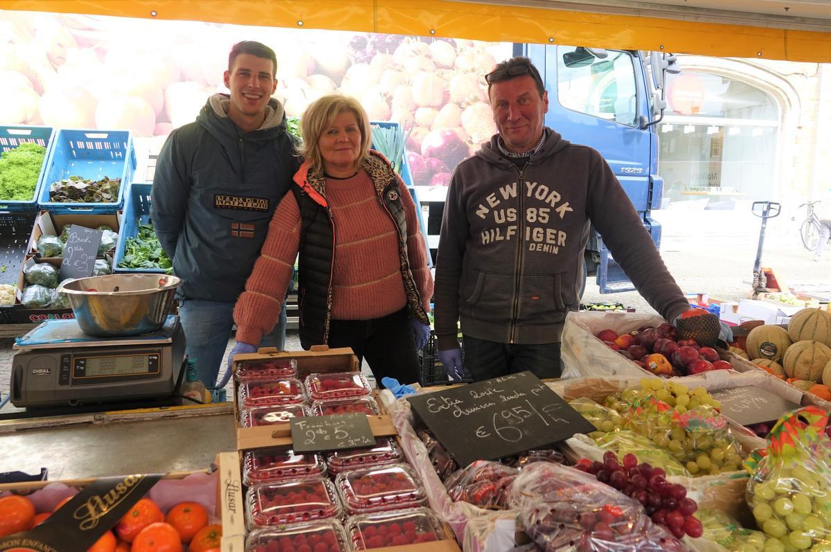 Gilles, Martine en Henrik in hun groenten- en fruitkraam., AN