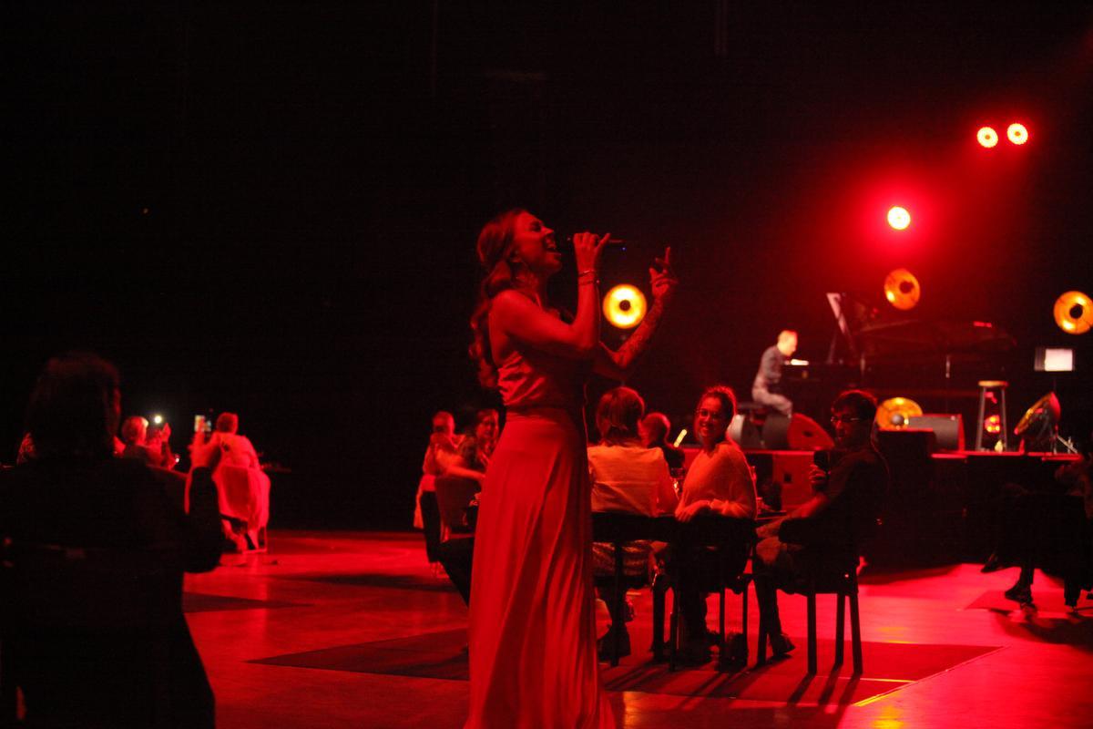 Natalia verliet tijdens één nummer het podium en ze stapten tussen het publiek weliswaar nog met de nodige afstand er tussen., PADI/Daniël