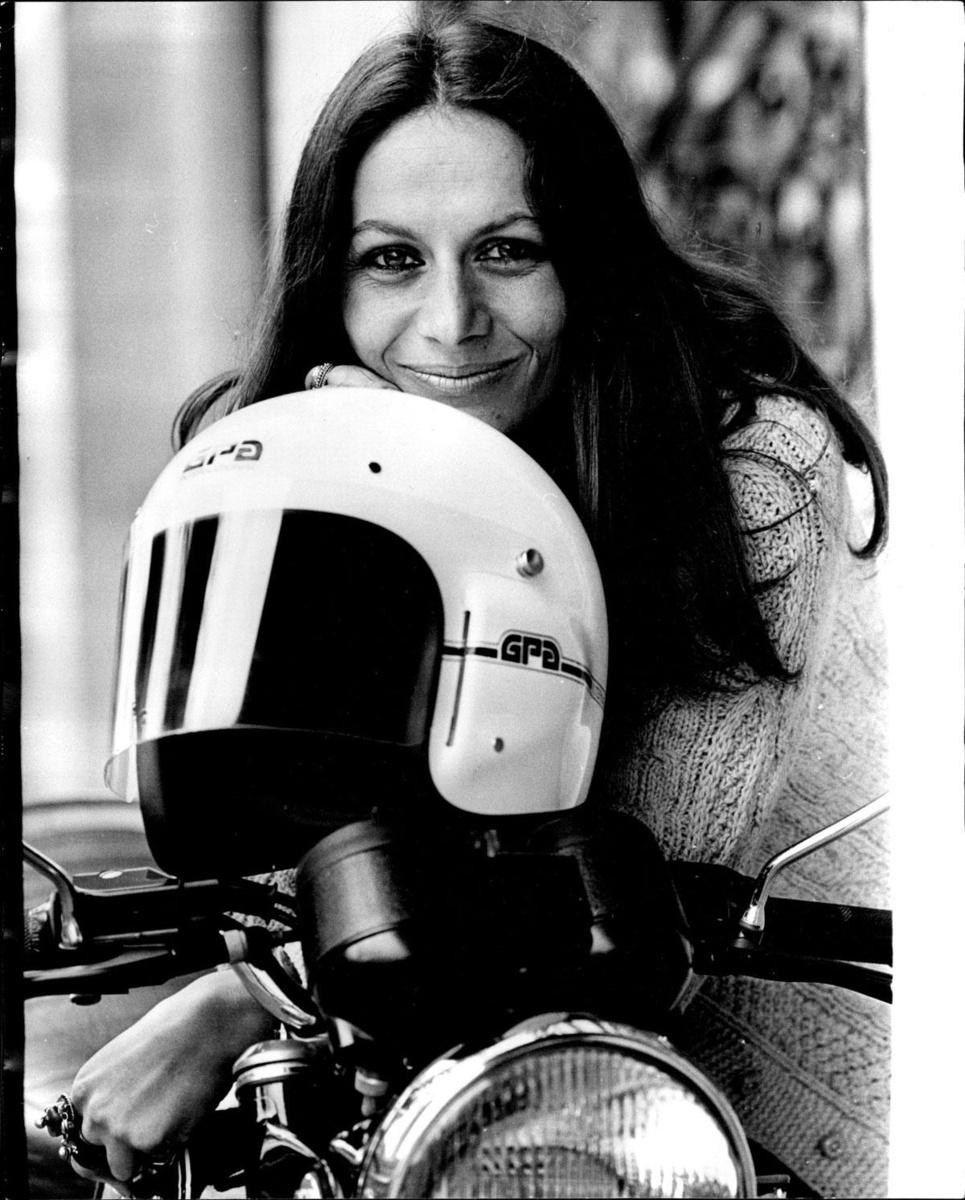 Anne-France Dautheville (1944), journaliste et autrice française, première femme à faire le tour du monde complet à moto., Getty images