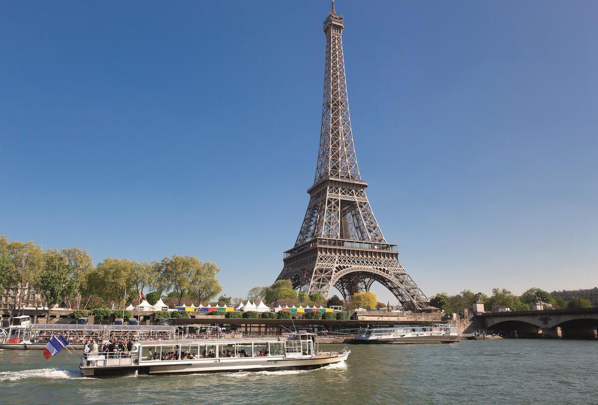 Véritable symbole de Paris dans le monde entier, la tour Eiffel est construite à l'occasion de l'Exposition Universelle de 1889 par Gustave Eiffel. D'une hauteur de 312 mètres (sans l'antenne), elle est alors la plus haute tour au monde dont l'architecture innovante fait de surcroit beaucoup parler d'elle. Sa construction en 2 ans, 2 mois et 5 jours, est une véritable performance technique. Les panneaux étaient faits sur mesure à Levallois Perret et n'avaient plus qu'à être assemblés sur place. Initialement destinée à être détruite au bout de 20 ans, elle fut sauvée par de nombreuses expériences scientifiques. Gustave Eiffel installe une antenne à son sommet lançant les premières transmissions radiographiques, fortement utilisées lors de la 1ere Guerre Mondiale. Elle fait désormais partie des monuments les plus visités au monde., Thierry Daniel
