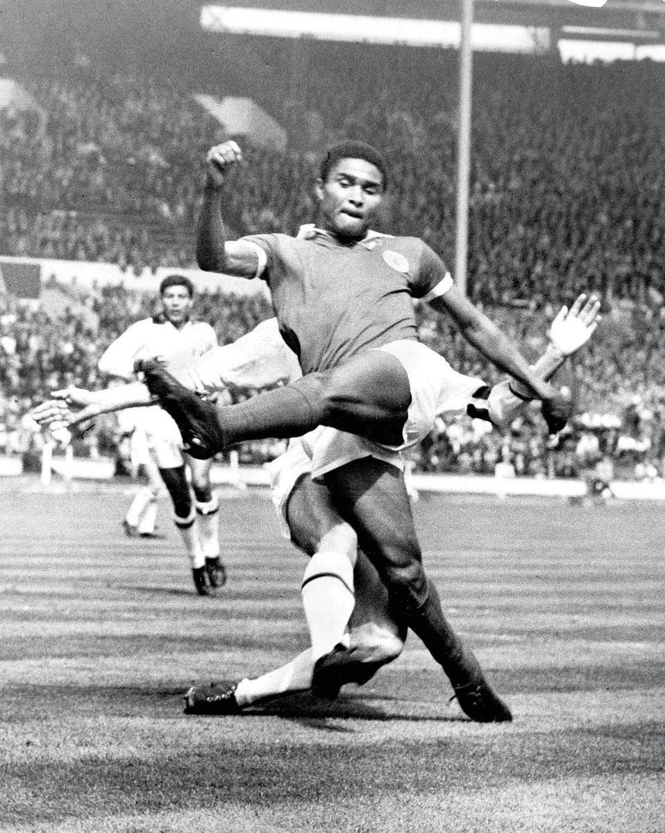 Een typisch beeld van Eusébio (uit de EC-finale Benfica-Milan in 1963): een moordend schot aan het einde van een flitsende spurt., getty