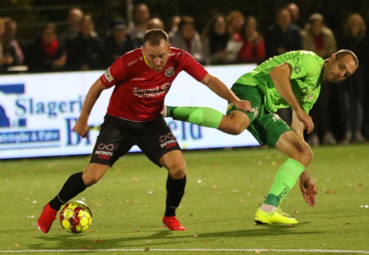 Lilian Lorthiois hier in duel met Goran Milovic van KV Oostende., VDB