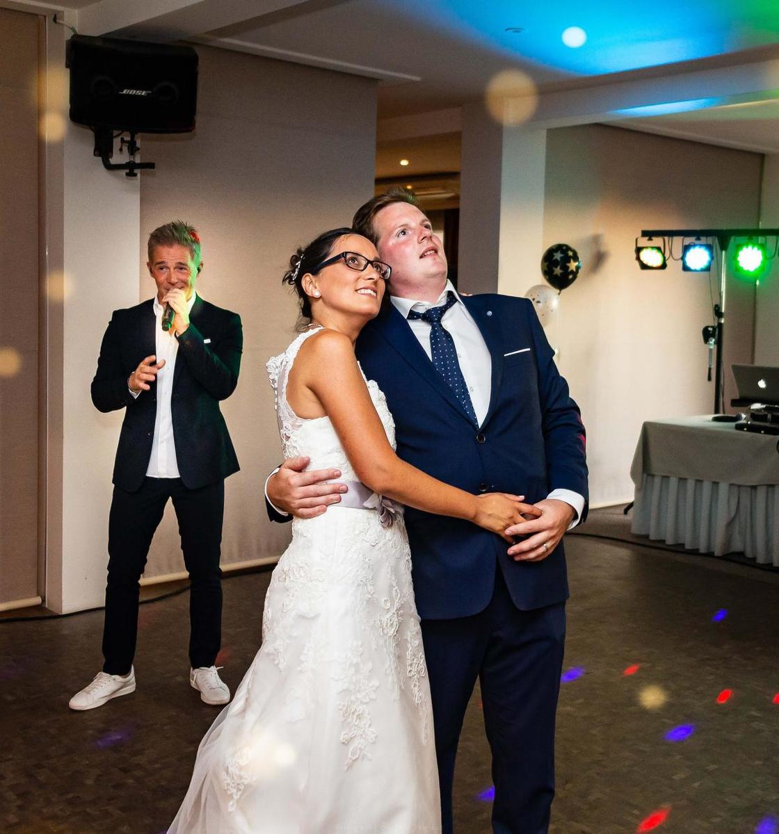 Christoff én Lindsay kwamen zingen op hun trouwfeest., DL