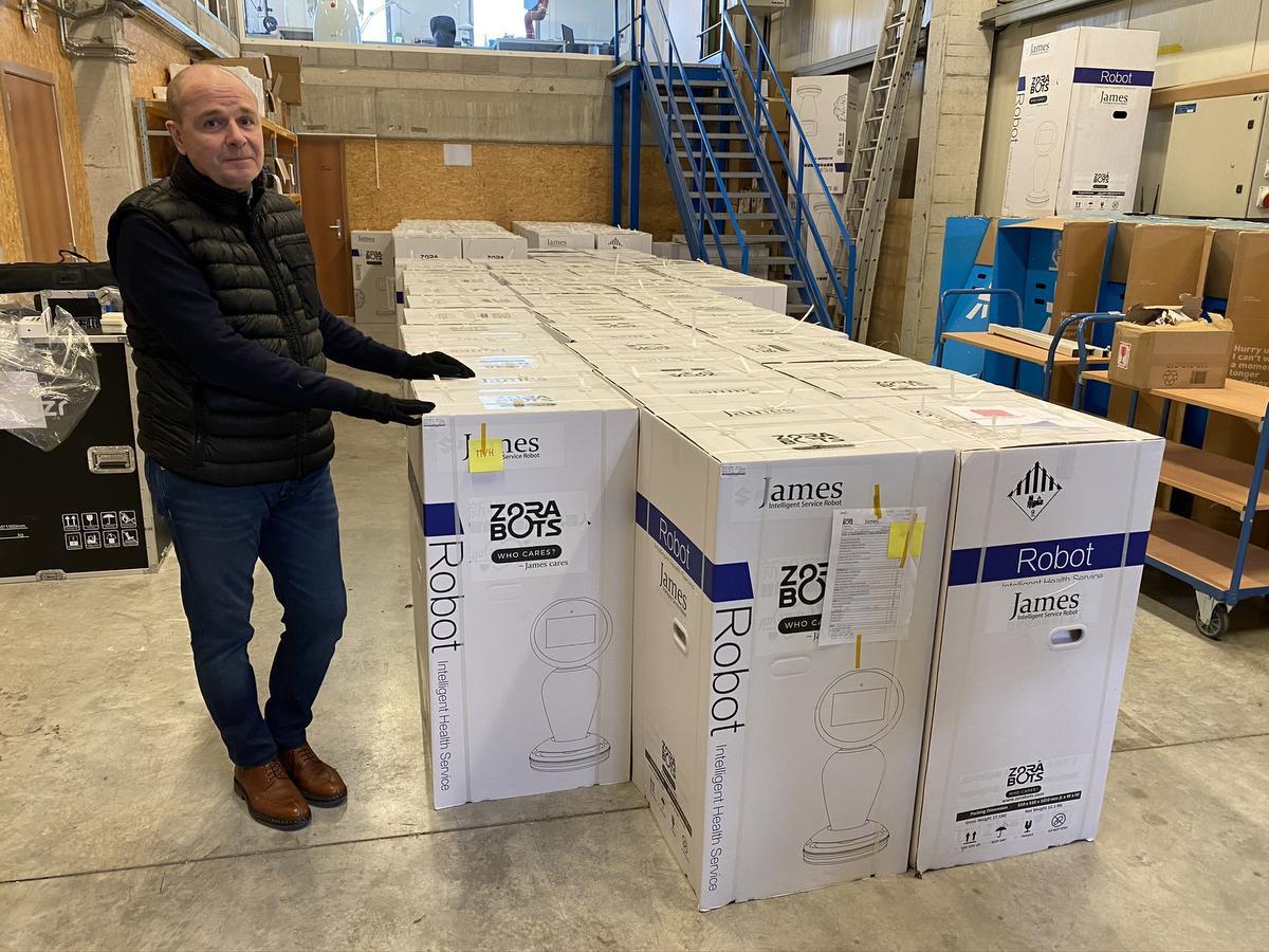 Er staan momenteel al 70 robots klaar in Oostende om naar de verschillende woonzorgcentra te vertrekken. Op de foto herkennen we medezaakvoerder Fabrice Goffin., JRO