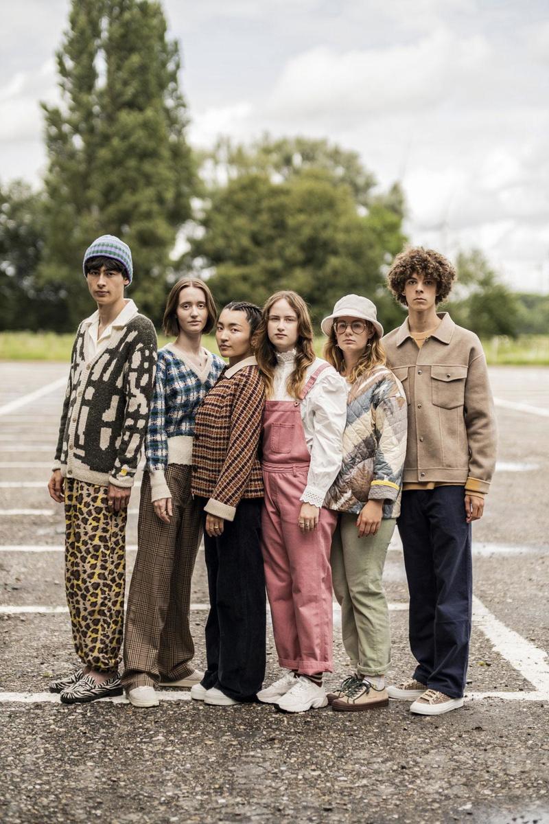 De gauche à droite. Yoshi: Polo écru en éponge, H&M. Cardigan écru à motif vert mousse et pantalon à motif panthère, Finger in the Nose. Bonnet en laine, Howlin. Loafers à imprimé zèbre, Sebago. Marie: Pull, Howlin. Pantalon à carreaux, Monki. Sneakers à l'aspect usé, Autrey x Howlin. Meilan: Polo violet, Monki. Veste courte à carreaux et col en tricot, Bellerose. Pantalon Plata en fin velours côtelé bleu foncé, Lois. Sneakers, Superga. Amy: Salopette rose, Bellerose. Blouse romantique à col montant et dentelle anglaise, Les Coyotes de Paris @ Baby Beluga. Chaussettes en laine bouclée, Finger in the Nose. Sneakers écrues, H&M. Zanna: Veste imprimée avec biais jaunes, AVDW @ Baby Beluga. Pantalon Dana en velours côtelé vert, Lois. Bob écru en fausse fourrure, Tommy Jeans. Chaussettes fleuries, Monki. Sneakers en velours côtelé, Bobo Choses. Egon: Pull en laine moka, H&M. Veste moka avec boutons pression, The Kooples. Pantalon bleu roi, Eat Dust. Sneakers à carreaux, Diemme., Diego Franssens