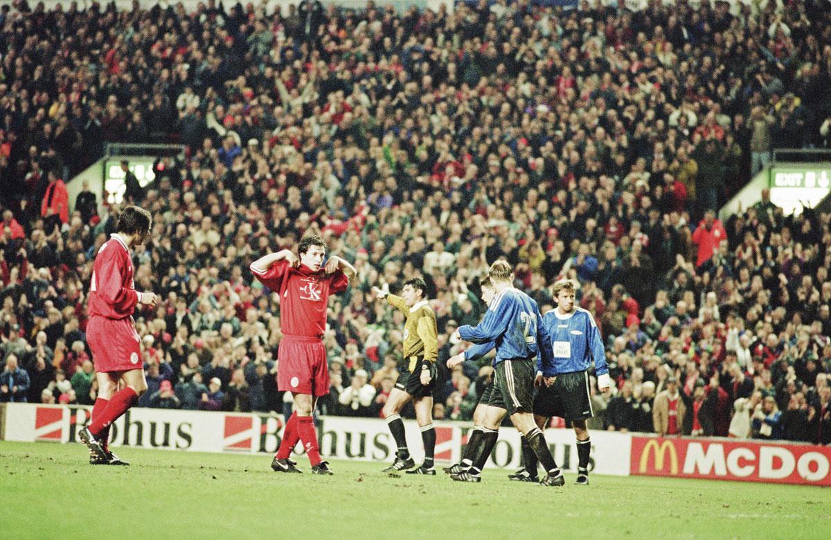 Een iconische foto uit de voor Liverpool woelige jaren 90: Robbie Fowler toont een boodschap nadat hij gescoord heeft., GETTY