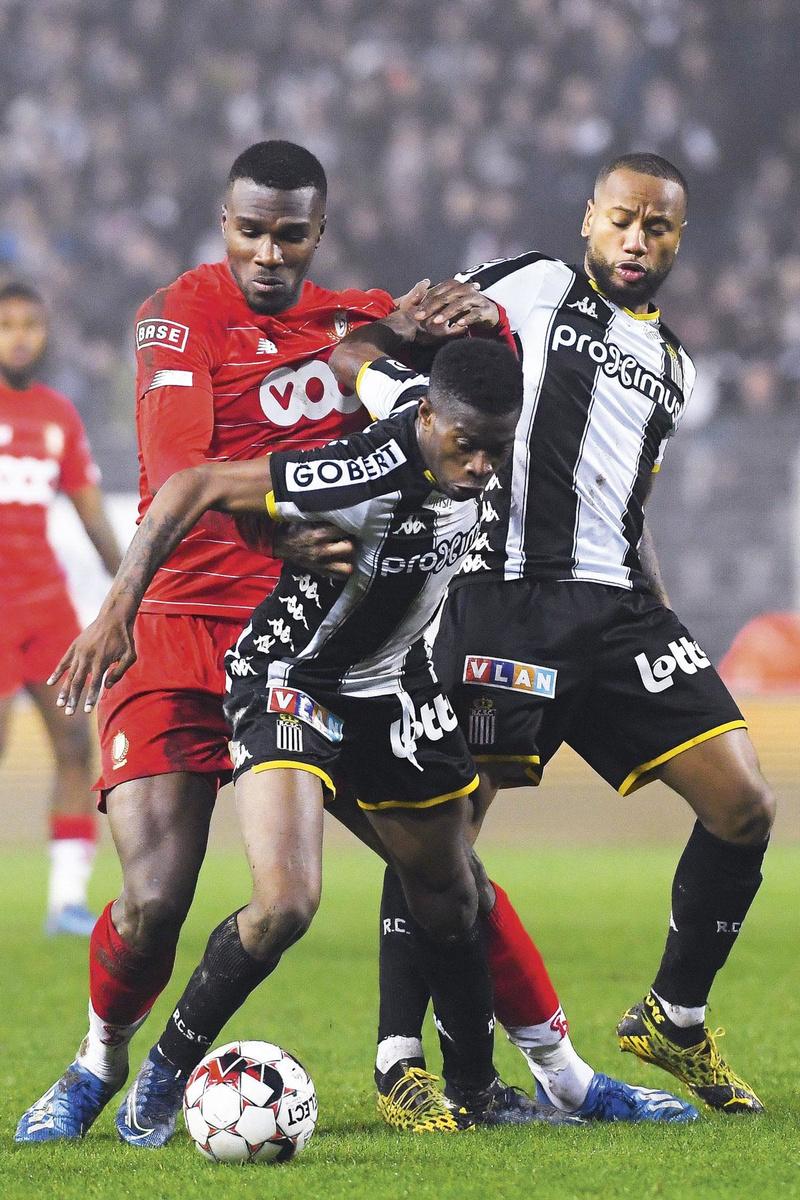 Charleroi - Standard 2-0.            Marco Ilaimaharitra (rechts) toonde zijn ploeg de juiste richting met zijn duelkracht op het middenveld. Zo mochten ook Obbi Oulare (links) en ploegmaat Matias Nurio (vooraan) ervaren., BELGA
