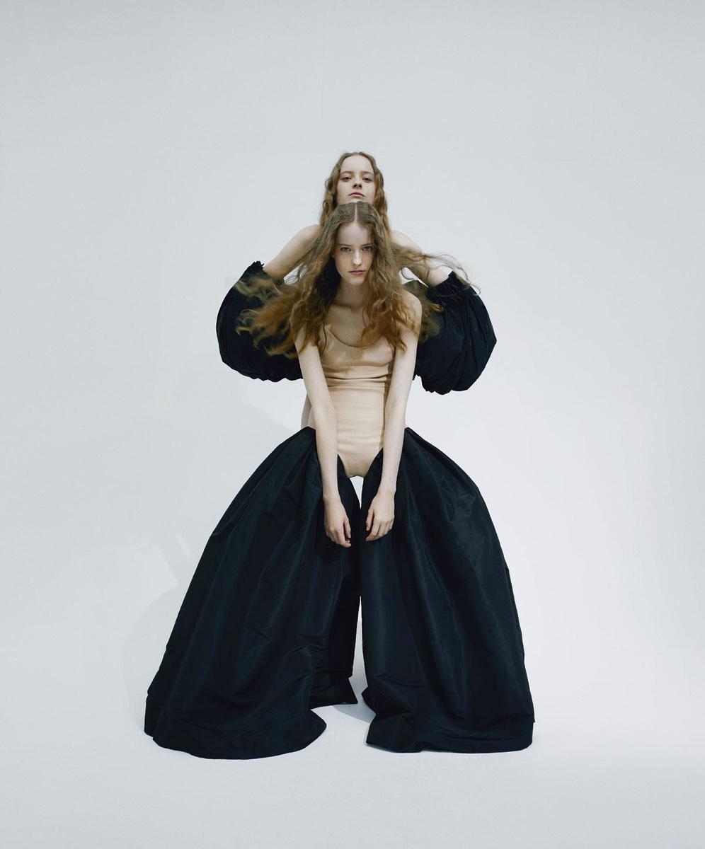 Body en cuir et jambes de pantalon oversized en soie, Schiaparelli. Manches en soie, Ferry Schiffelers., VIOLAINE CHAPALLAZ