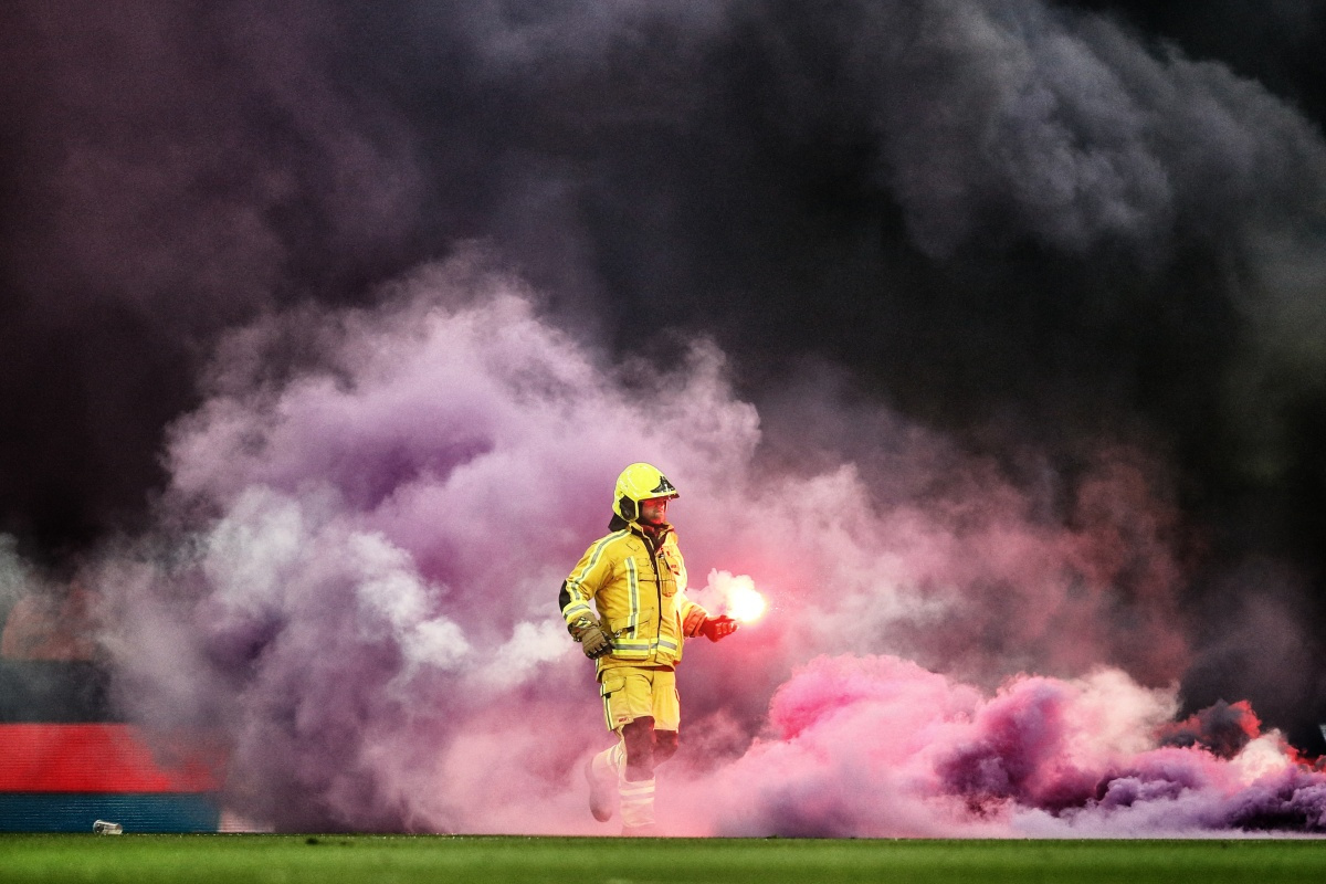 Bruno Fahy wint met 'Le Clasico en feu' de publieksprijs, Nikon Press Photo Awards 2020