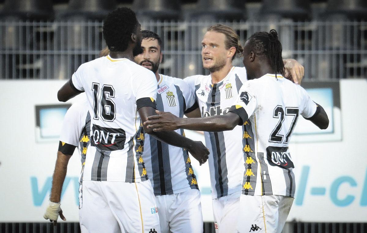 Les Carolos se congratulent après le but de Kaveh Rezaei face à Ostende, qui permet aux Zèbres de signer un six sur six., BELGAIMAGE
