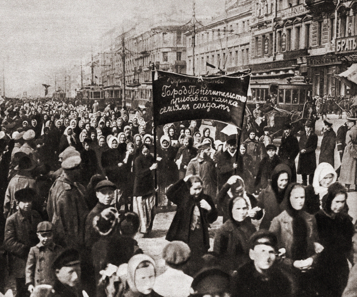 Des femmes en lutte à Petrograd : des ouvrières du textile en procession se sont dirigées vers la mairie pour demander l'augmentation des rations de pain aux familles des soldats. La manifestation, non autorisée par les syndicats, a eu lieu lors des commémorations de la Journée internationale de la femme. Cet événement a donné lieu aux protestations les plus massives qui ont ensuite abouti à la révolution. Photographie, Russie, Petrograd, 8 mars 1917., Getty Images