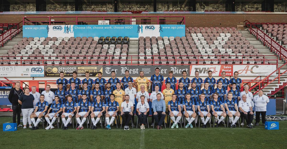 De officiële ploegfoto van Aalbeke Sport in het Guldensporenstadion van KV Kortrijk., Aalbeke Sport