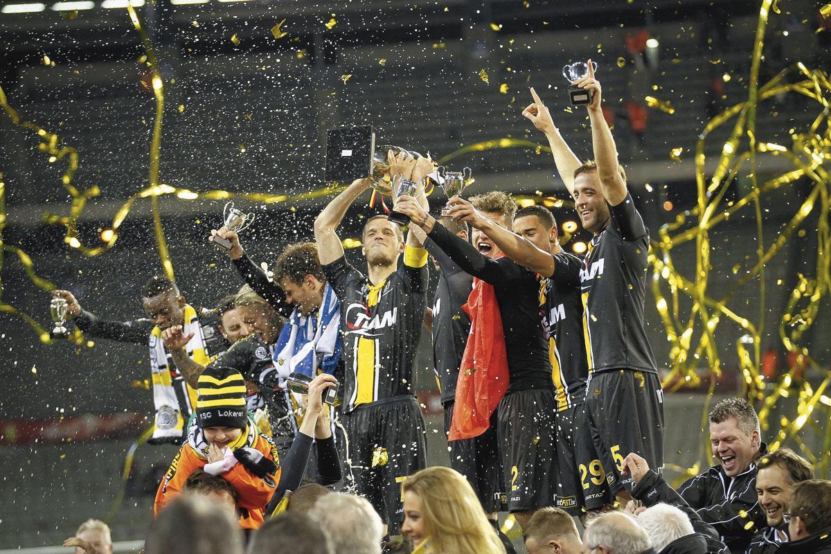 Killian Overmeire soulève la Coupe en 2014. C'est le dernier trophée remporté par Lokeren., BELGAIMAGE