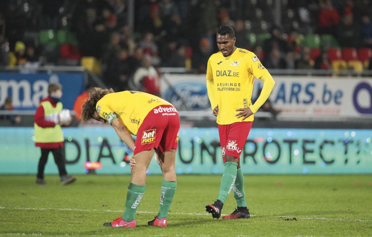 Een beeld dat we dit seizoen wel vaker zagen: teleurgestelde spelers na afloop van de match (hier: Wout Faes en Renato Neto)., BELGAIMAGE