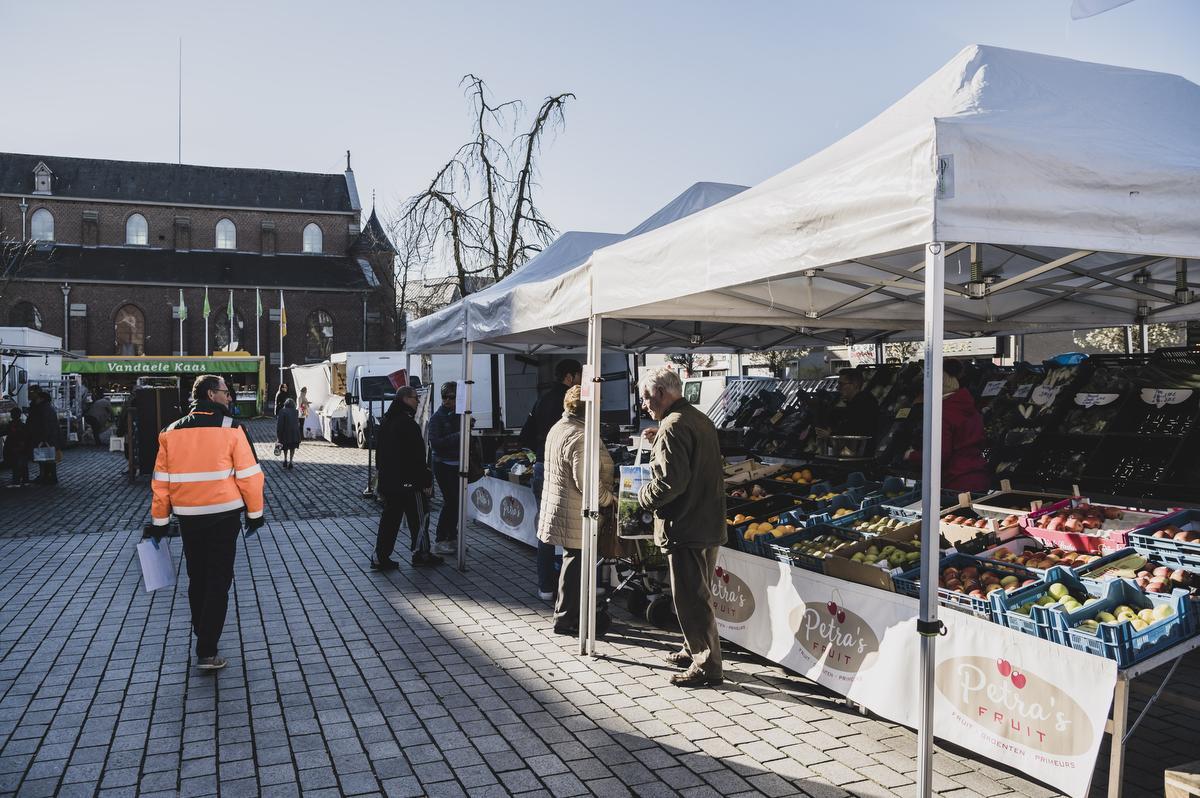 Stewards en politiemensen hielden woensdagochtend een oogje in het zeil op de woensdagmarkt van Kuurne., Olaf Verhaeghe
