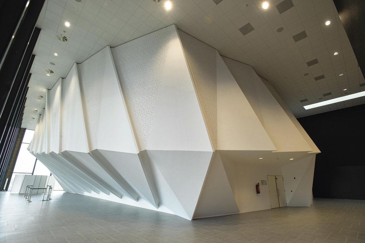 Het auditorium werd als een kunstwerk in de ruimte neergepoot. , © Jerry De Brie