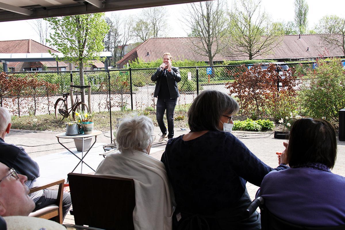 Michael zong op drie verschillende plaatsen rond De Plataan in Izegem., PADI/Daniël