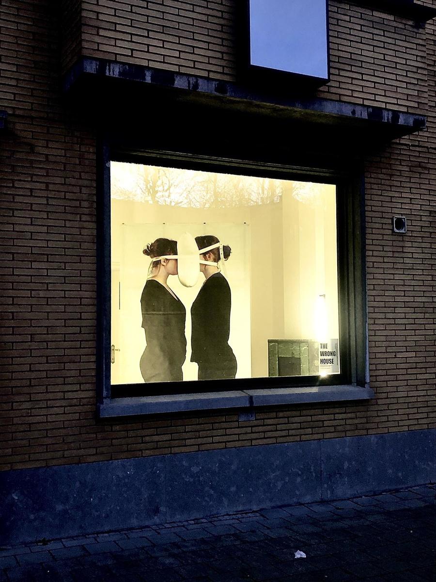 'US' is een relationeel object: een kussen dat twee mensen verbindt, maar hen ook samen houdt?., gf