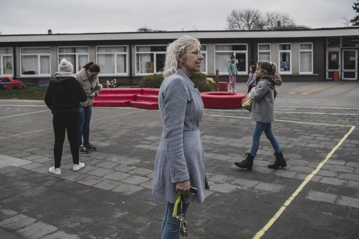 Directeur Ilse Desmet telt het aantal leerlingen op haar speelplaats. Ook voor het team van leerkrachten worden dit bijzondere weken., Olaf Verhaeghe