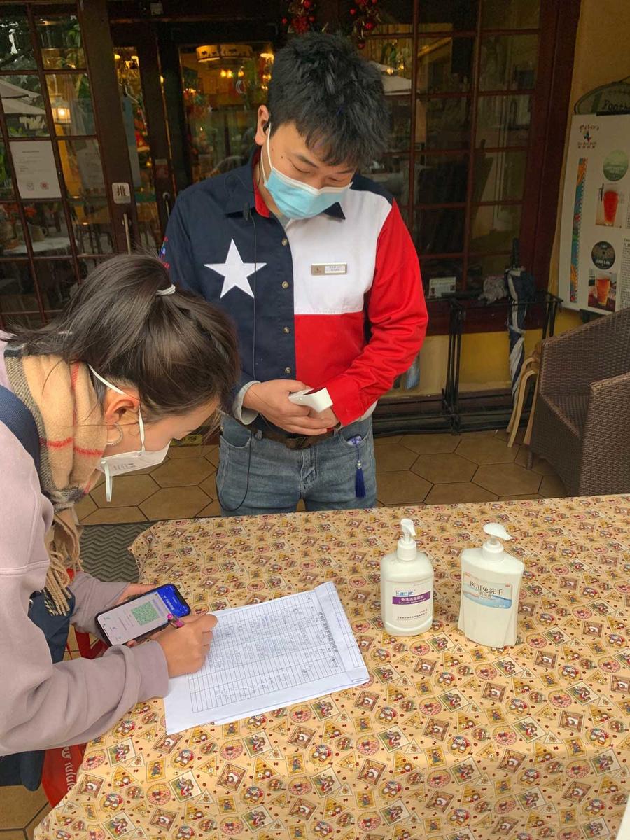 Check van de groene gezondheidscode bij de inkom van een restaurant in Chengdu., Pieter Verstraete