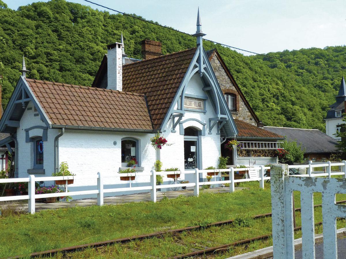 Bien que, depuis des décennies, le train ne s'arrête plus à Waulsort, la gare datant de 1910 est restée dans son jus., SDP / OTH / P. Godefroid