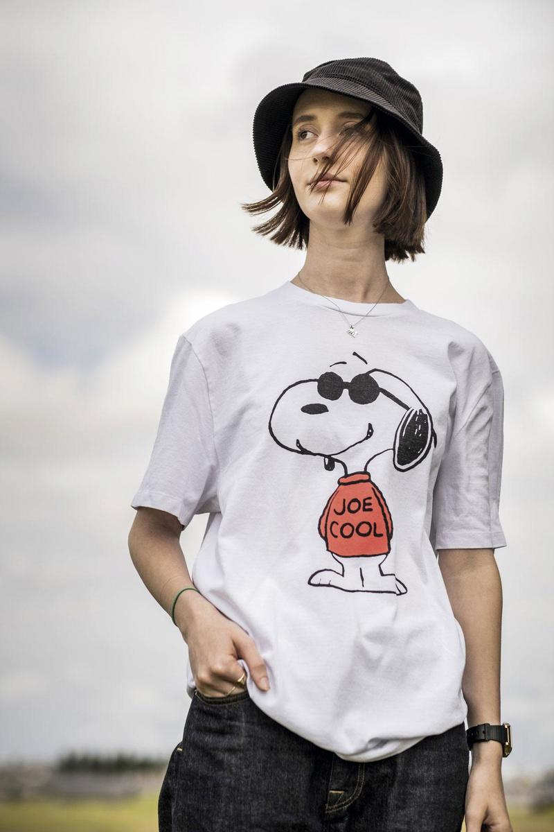 Tee-shirt Joe Cool oversized, Re/Done @ Baby Beluga. Pantalon en denim bleu foncé, Eat Dust. Bob en velours côtelé bleu foncé, H&M. Montre, Casio. Bijoux personnels., Diego Franssens