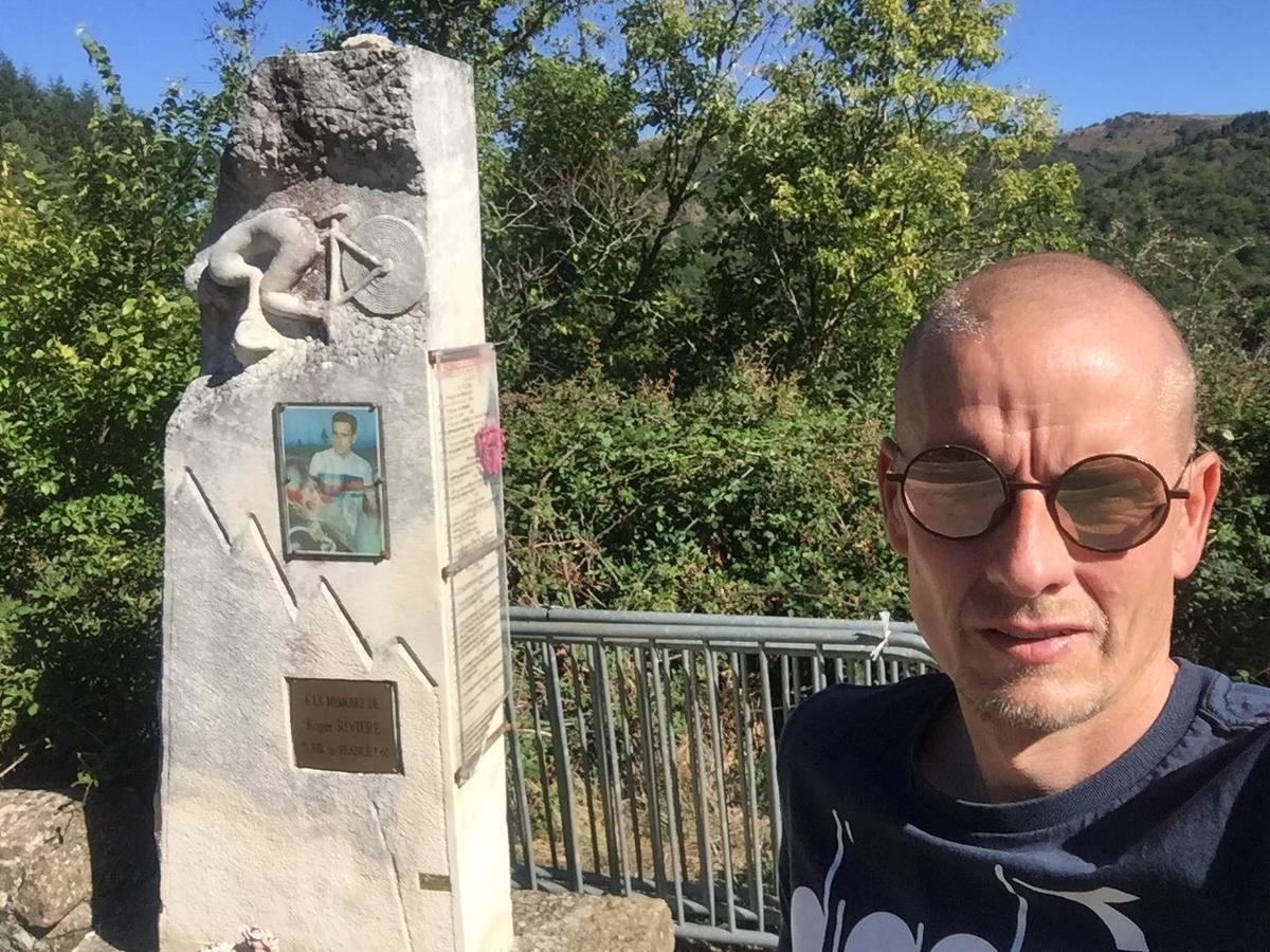De Deense ex-renner Michael Rasmussen bracht woensdag een bezoekje aan het monument ter ere van de gevallen Roger Rivière.