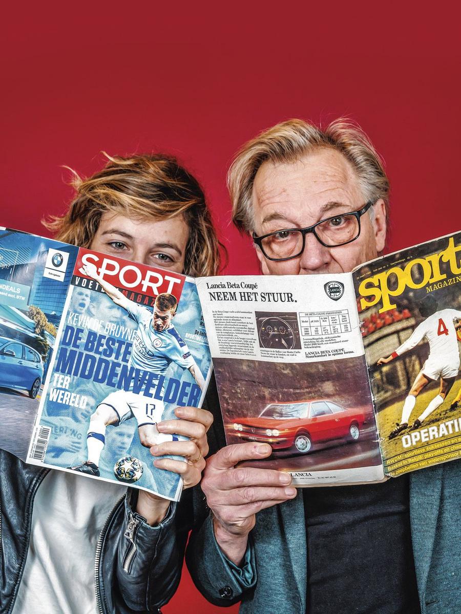 Imke Courtois en Jan Mulder bladeren door oude en meer recente nummers van Sport/ Voetbal- magazine., INGE KINNET