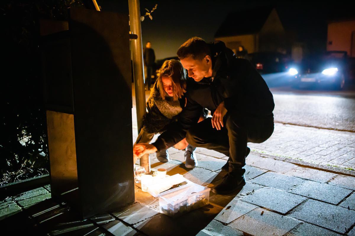 De buurtbewoners kwamen een voor een een kaarsje neerzetten aan de voordeur van hun onfortuinlijke 'mirakelman'., (Foto Davy Coghe)