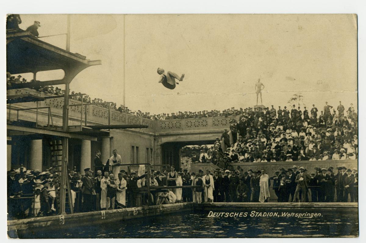 Een duiker demonstreert zijn kunsten in het zwembad van het olympisch stadion in Berlijn., Creativ Werbeagentur Berlin