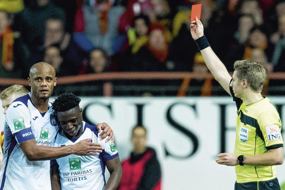 Een vaderlijke Vincent Kompany escorteert Jérémy Doku naar de zijlijn na diens rode kaart., BELGAIMAGE