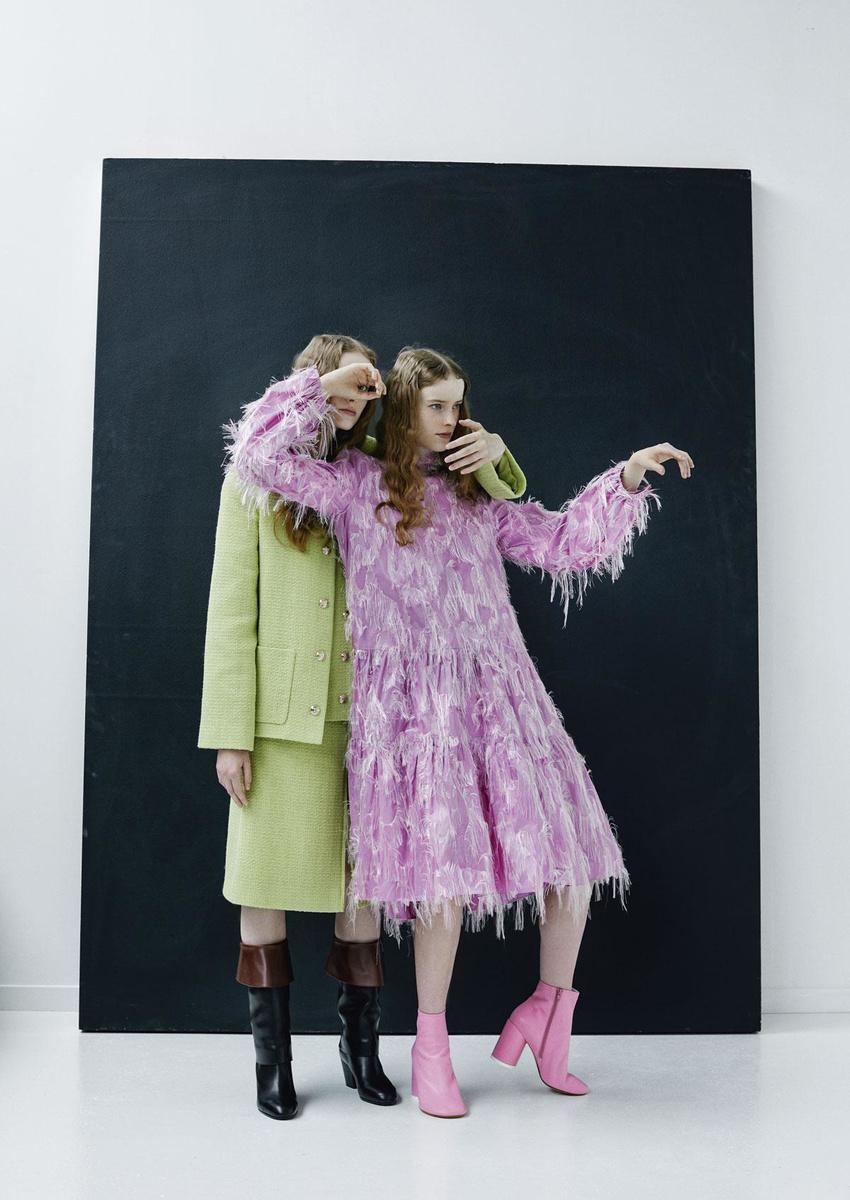 Veste, blazer et jupe en tweed vert clair, et bottes en cuir, Chanel. Robe à franges en soie rose, Rochas. Bottines en cuir rose, MM6 @ Zalando., VIOLAINE CHAPALLAZ