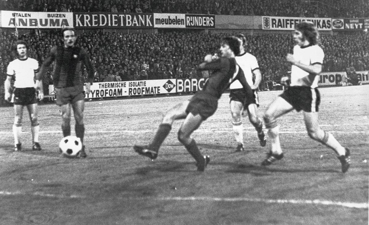 In 1976 werd Lokeren in de UEFA Cup maar nipt uitgeschakeld door FC Barcelona. Johan Cruijff maakte de beslissende goal., BELGAIMAGE
