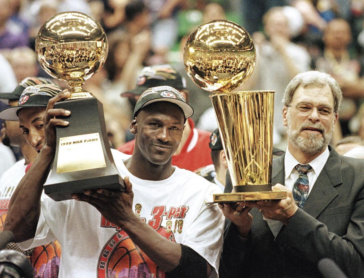 Michael Jordan viert samen met coach Phil Jackson zijn zesde en laatste NBA-titel met de Bulls., belgaimage