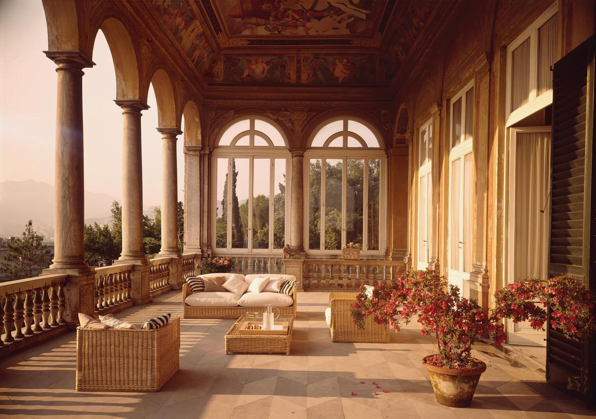 Lors de la rénovation de la Villa Saluzzo Bombrini, une demeure Renaissance située en Ligurie, l'architecte Eleonore Peduzzi Riva a opté pour des meubles tout simples en rotin, fabriqués en Italie., Carla De Benedetti