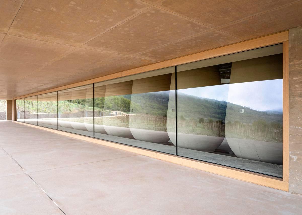 Het wijnhuis maakt gebruik van betonnen vaten om de wijn te laten rijpen. Beton zorgt voor een stabiele temperatuur en de nodige zuurstof om fruitige en frisse aroma's te produceren., Frederik Vercruysse