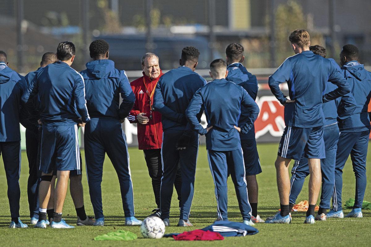 Dick Advocaat tijdens zijn eerste training van Feyenoord in oktober vorig jaar., belgaimage