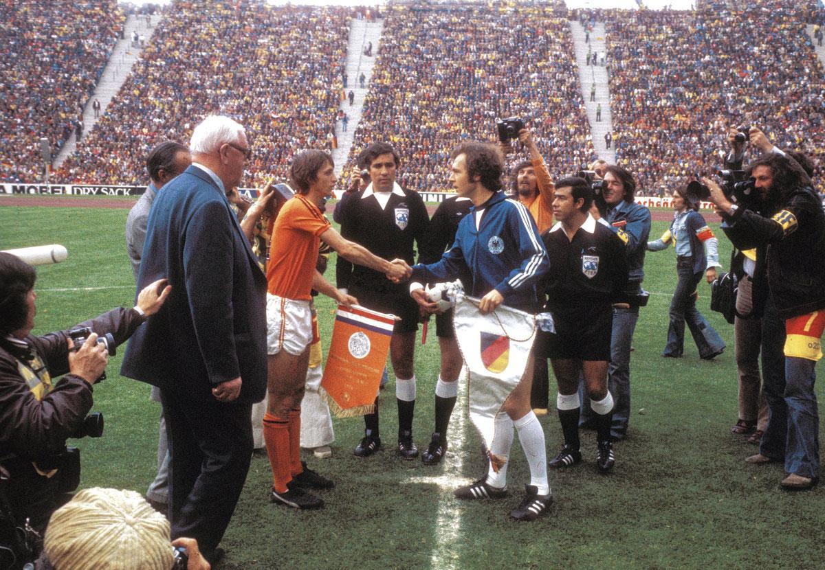 Les capitaines Johan Cruijff et Franz Beckenbauer lors de la finale de la Coupe du Monde 1974 remportée 2-1 par l'Allemagne., getty
