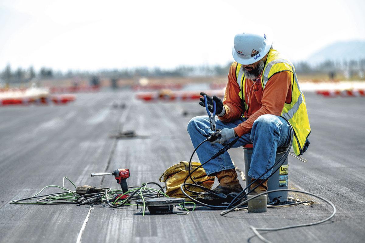 Les métiers en pénurie, tel celui d'électricien, souvent bien plus créatifs que la plupart des emplois de bureau, méritent une autre valorisation culturelle., Getty Images