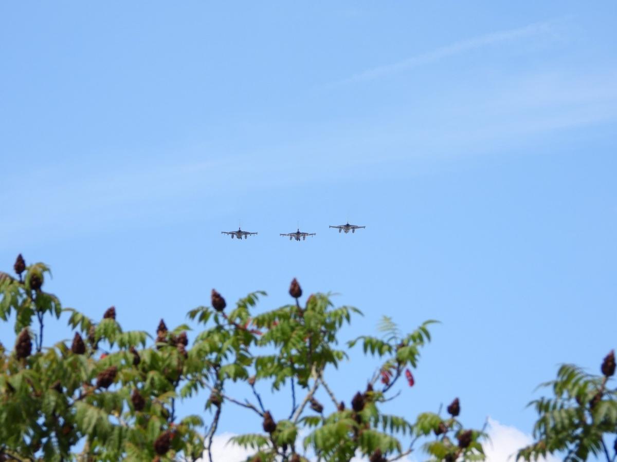 Drie F16 gevechtsvliegtuigen vlogen over Brugge en Oostende., JVMA
