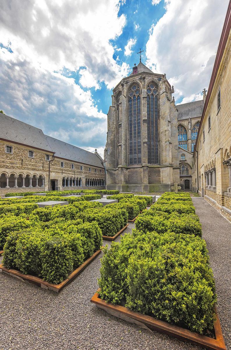 De kloostertuin en -gang van de Onze-Lieve-Vrouwebasiliek in Tongeren., Stefan Matthijssens