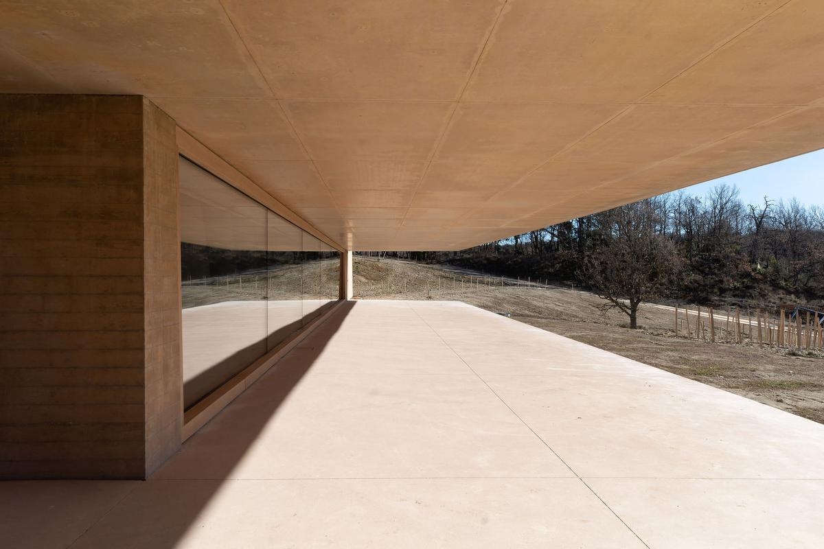 Het uitkragend dak van de mastaba biedt de nodige beschutting tegen de felle Provençaalse zon., Frederic Raevens