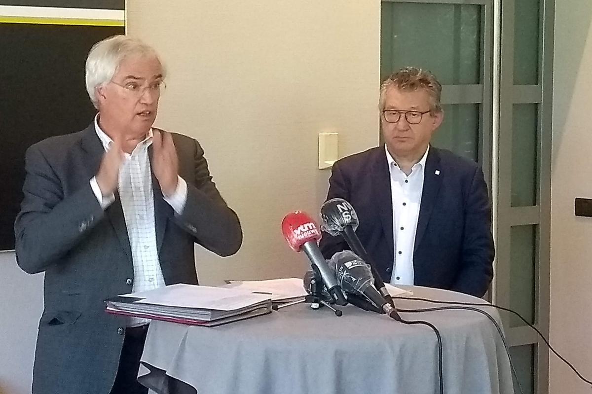 Gouverneur Carl Decaluwé (links) en voorzitter van het kustburgemeestersoverleg en burgemeester van Brugge Dirk De fauw lichten het gemeenschappelijke voorstel van de kustburgemeesters toe., HH