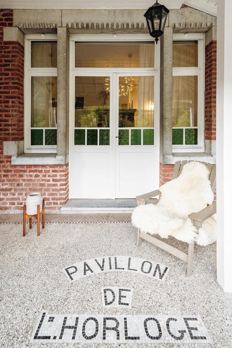 Au début des années 1920, Emile Schultès a fait agrandir une maison de campagne par l'architecte Edouard Frankinet. Le Pavillon de l'Horloge évoque le Café de l'Horloge à Ixelles qu'il tenait avec ses parents., OLMO PEETERS