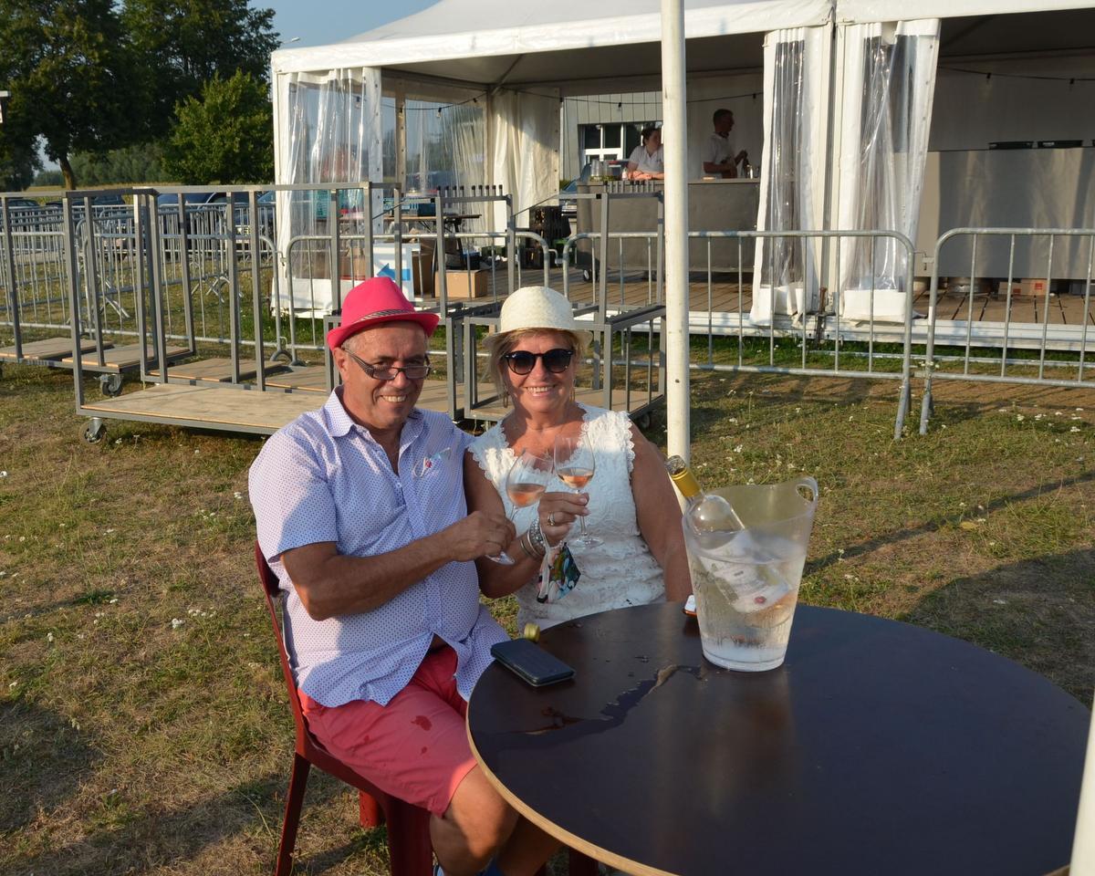 Wilfried Moeyaert uit Zedelgem, samen met partner An Vanautgarden in hun eigen bubbel op het evenementenplein., PADI/Stan