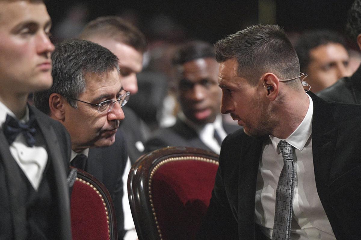 Josep Bartomeu en Lionel Messi praten met elkaar op de uitreiking van de Gouden Bal., BELGAIMAGE