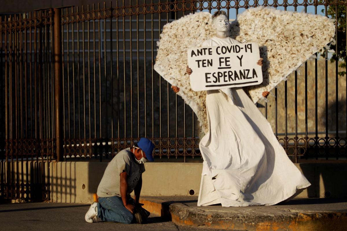 Een religieuze activist roept op tot geloof tijdens de coronapandemie in Mexico , Reuters