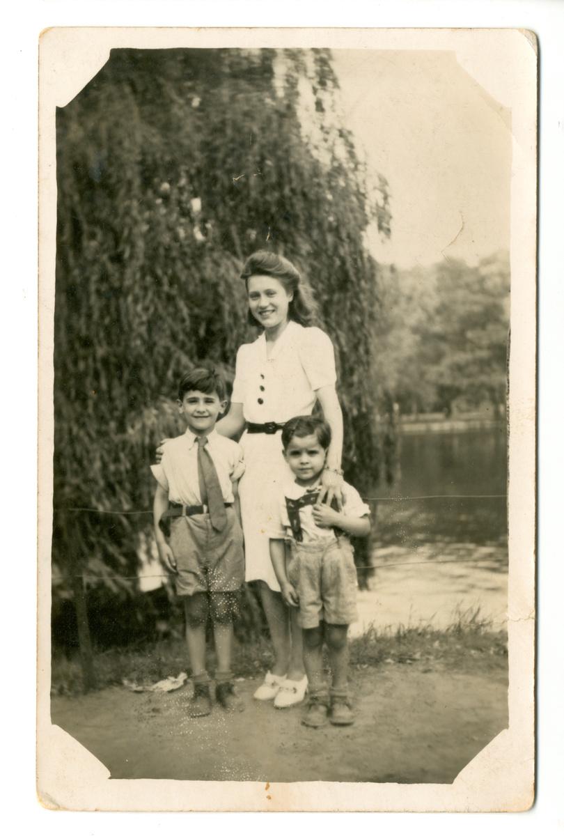 Anna Lambrechts met Sylvain en Marcel Ehrenfeld, ca. 1942, Stadspark, Antwerpen., Kazerne Dossin