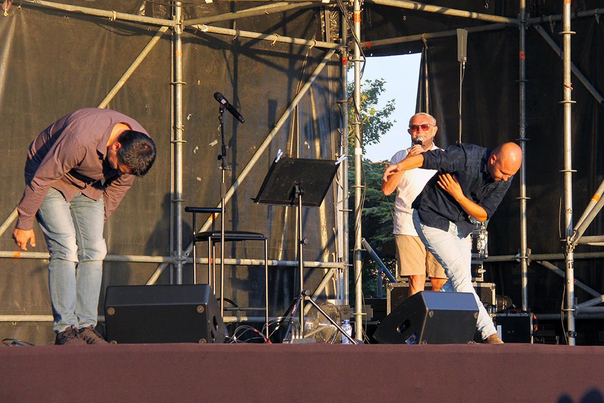 Met een diepe buiging bedankten Stan en zijn muzikant het publiek., PADI/Daniël